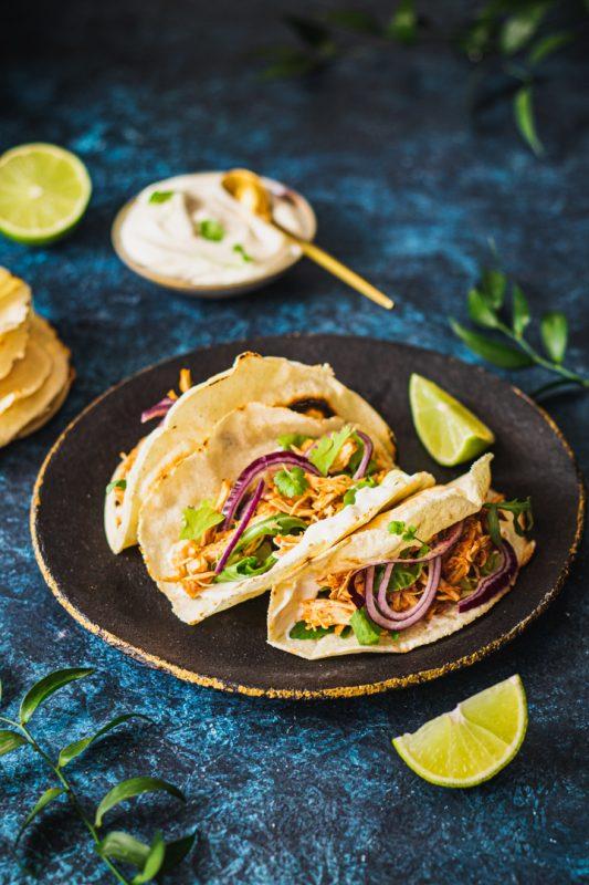 Tacos z kremowym serkiem szarpanym kurczakiem i kolendrą
