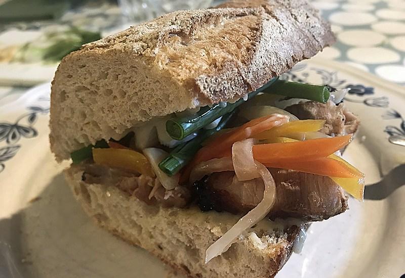 Banh mi avec des légumes suris
