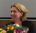 Inge Brinkman met bos bloemen