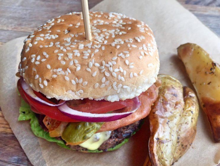 Hamburger z pieczonymi frytkami