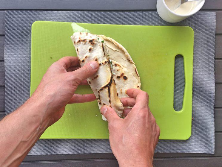 Jak zrobić tortillę - zawijamy ciasto
