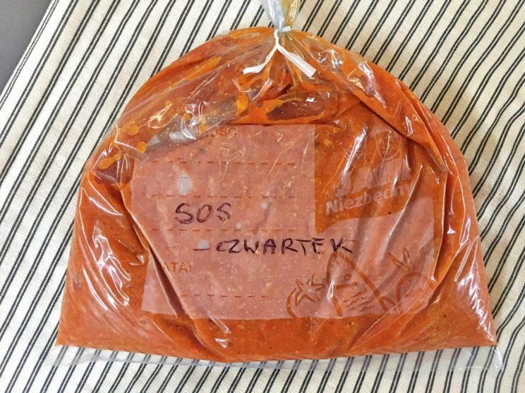 jak mrozić jedzenie - domowy sos pomidorowy przygotowany do jedzenia