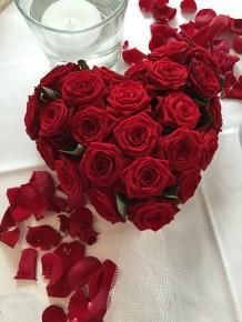 Foto: Tischdekoration mit roten Rosen