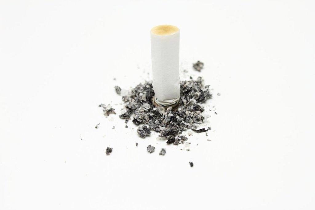 Банка с пеплом от сигарет 1