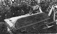 Pogrzeb na Pęksowym Brzyzku 14 IV 1988. Reprodukcja fotografii z gazety.