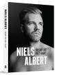 Niels Albert moest wegens gezondheidsproblemenveel te vroeg het veldrijden vaarwel zeggen. In samenwerking met Nico Dick zorgt hij amper enkele maanden na zijn afscheid voor een biografie.  Uitgegeven bij: Uitgeverij Kannibaal - Prijs: €22,50