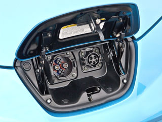 2011-nissan-leaf-charging-port2