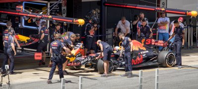 Daniel Ricciardo has the nose changed on his car during FP on Friday