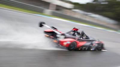 Proto endurance racer kicks up spray, Circuito Estoril