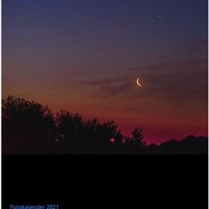 Der Titel des Fotokalenders 'Mond & Sterne über Köln von Rob Herff zeigt Mond und Venus in der ganz frühen Dämmerung.