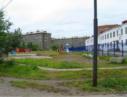 Двор Игарки с детской площадкой