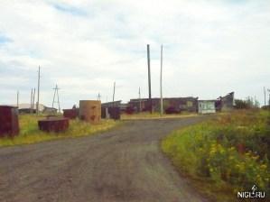 На подходе к посёлку близ аэропорта. В поселковом магазине можно прикупить алкоголь и закуску