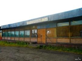 Магазин в посёлке. Он работает, просто так выглядит. Единственное место на острове где продаётся алкоголь