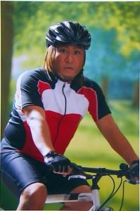 サイクリングをする山崎。