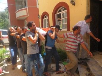 Miembros de la familia 'Abd al-Hafez Hamad in Gaza transportando el cadáver de uno de ellos tras un bombardeo aleatorio sobre Gaza.