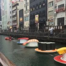 Riesen Sushi schwimmt durch Osaka!
