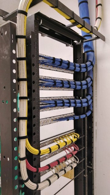Cabling Organization Paling Rapi di Server Rack Data Center - Best Rack Cabling Management Arrangement Design 08