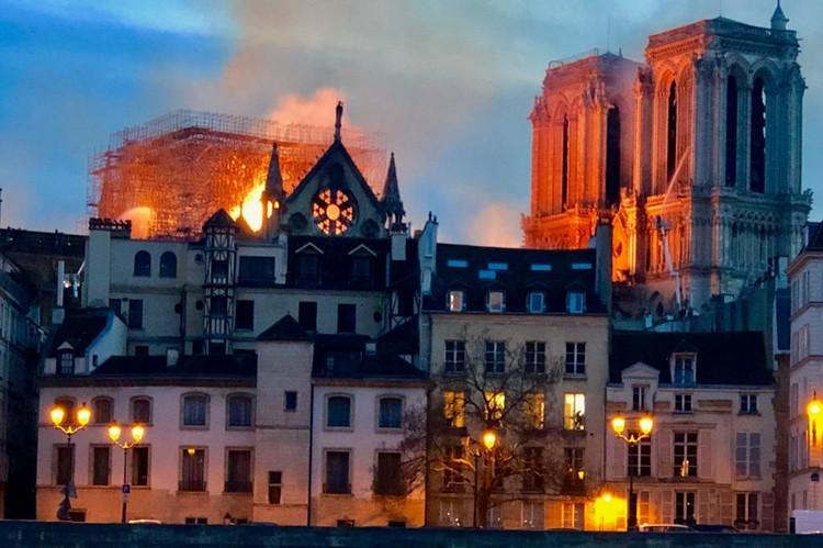 Katedral Notre-Dame Terbakar