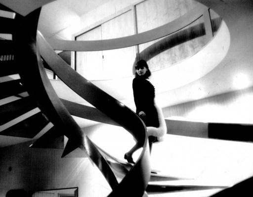 Arsitektur Modern dikritik melalui film bioskop