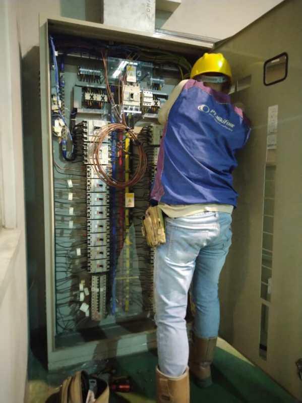 Pekerja Nikifour sedang memperbaiki panel listrik