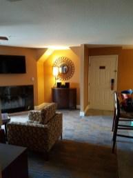 Wohnzimmer mit Kamin und Flatscreen
