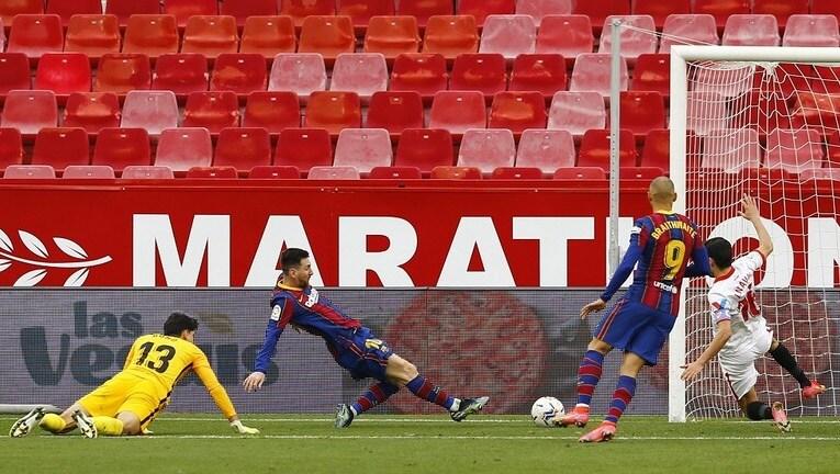 برشلونة يهزم إشبيلية بثنائية وينتزع المركز الثاني من ريال مدريد