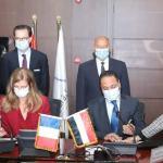 «وزير النقل» و«سفير فرنسا» يشهدان توقيع عقد إدارة وتشغيل وصيانة القطار الكهربائي LRT