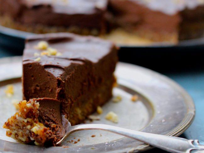 Raw chokladganachetårta med hasselnötsbotten och havssalt