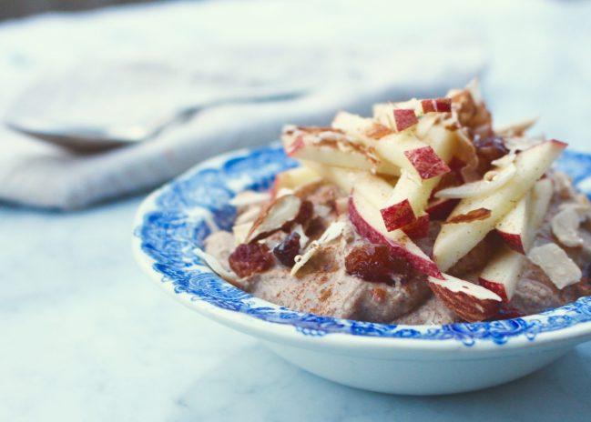 Raw bovetegröt med kanel, ingefära och äpple