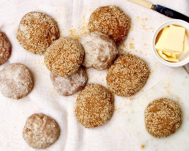 Glutenfria fullkornsfrallor glutenfritt fullkornsbröd