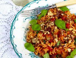 kikärtspasta med tomatsås, zucchini och valnötter (vegan, glutenfritt)