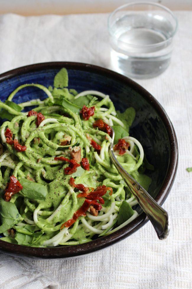 raw food zoodles med ärtpesto och soltorkade tomater, vegan