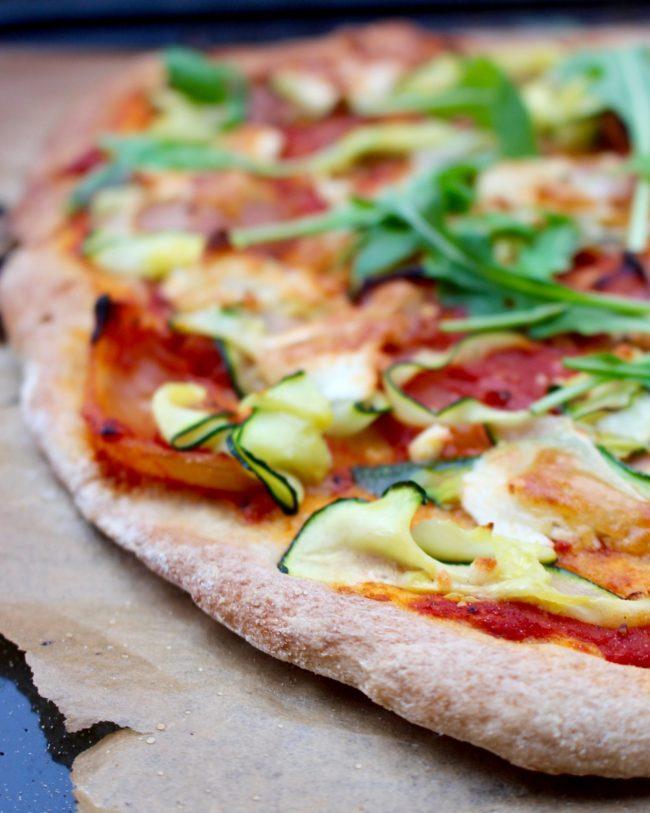 Glutenfri pizza med getost och zucchini