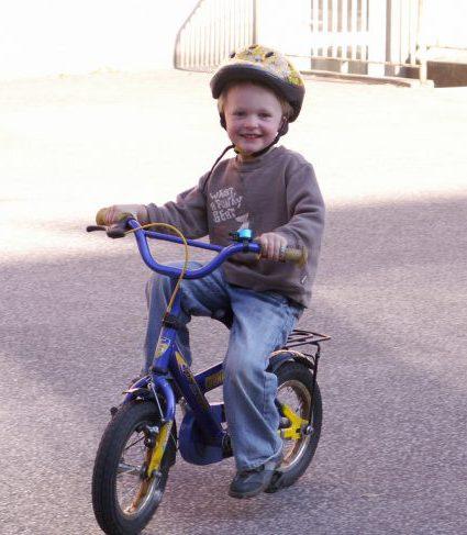 Han cykler afsted
