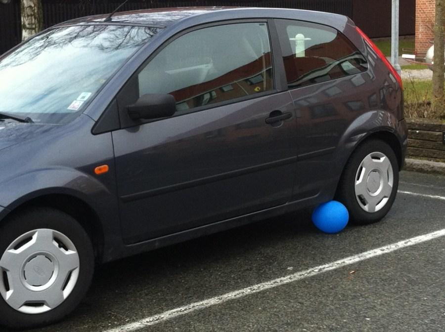 Bang sagde ballonen – og ungerne skreg af grin