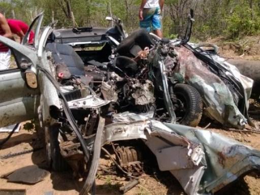 Veículo ficou totalmente destruído. Foto : Evandro Lira