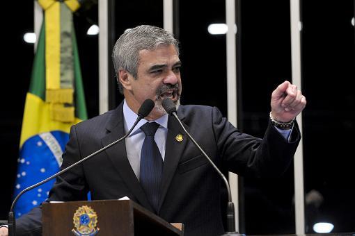 """Senador Humberto Costa (PT-PE) defende o parecer em que recomenda a cassação do mandato de Demóstenes Torres (DEM-GO). Para o senador, Demostenes """"faltou com a verdade"""""""