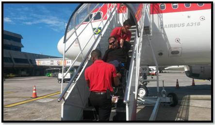 Marcelino é carregado por funcionários da Avianca de forma desrespeitosa e improvisada.