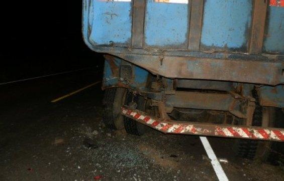 O caminhão caçamba tomando parte da via sem sinalização que indicava estar avariado. À noite, visibilidade prejudicou motorista do Fiat Uno, a vítima fatal. A foto é do Afogados On Line.