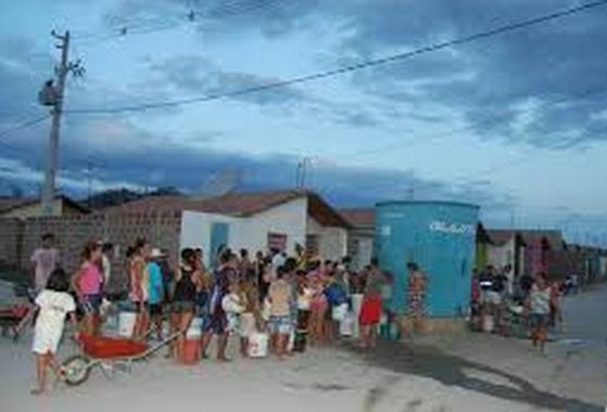População teve que se acostumar com longas filas por um balde d'água