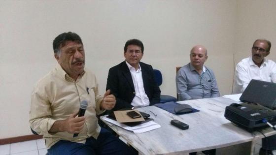 José Patriota fala, observado por Luciano Duque