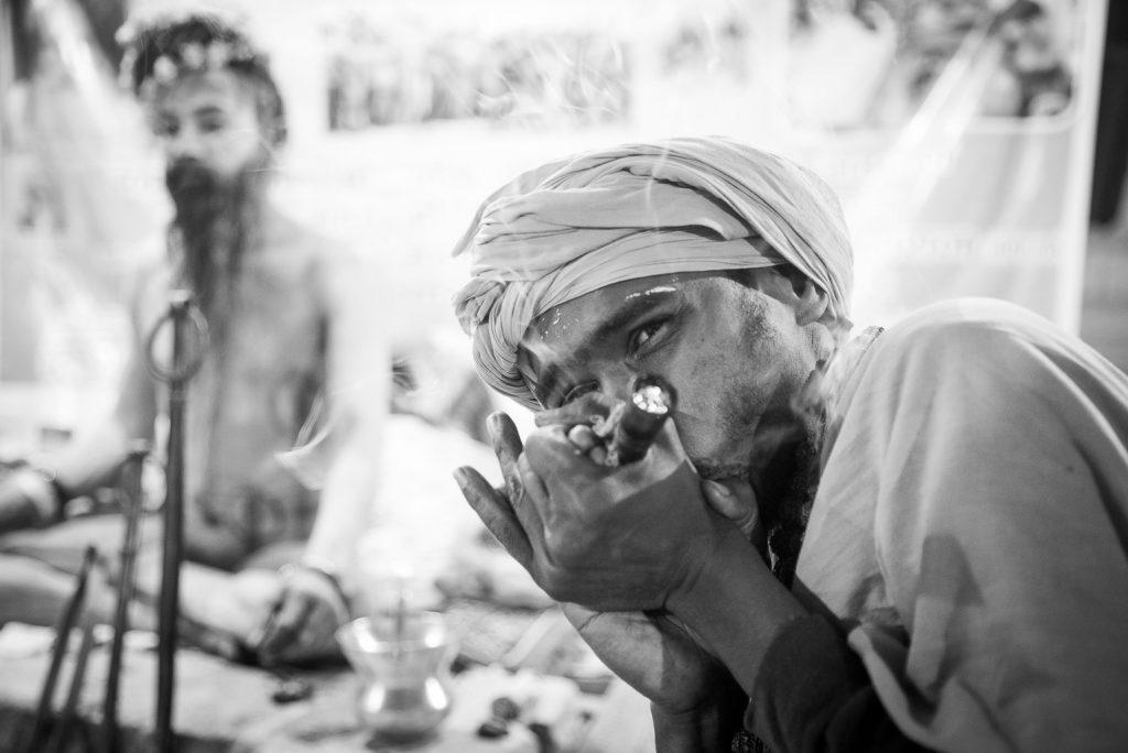 Sadhu mit Chillum auf dem Kumbh Mela