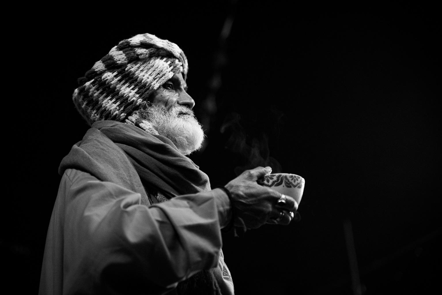Alter pakistanischer Sufi mit Tee