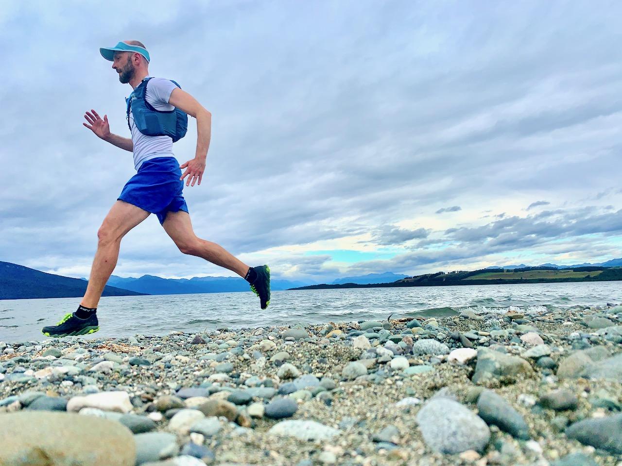 Läufer an einem See in Neuseeland