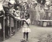 ילדה בשבי בגן חיות אנושי