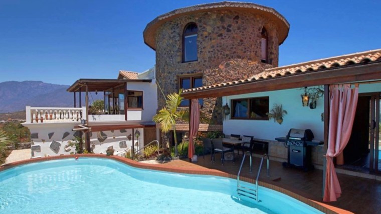 Opportunity! Extreme price reduction!! Charming Villa with extra guest house and farming land. Great investment!