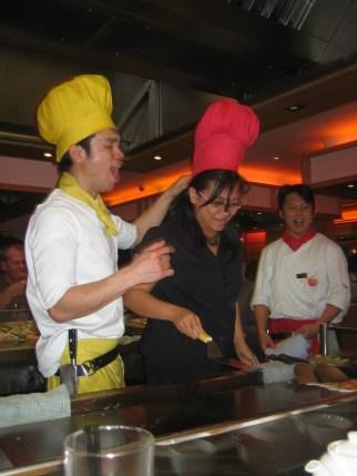 Berkompetisi menangkap telor mentah dengan topi chef - Manchester 2008