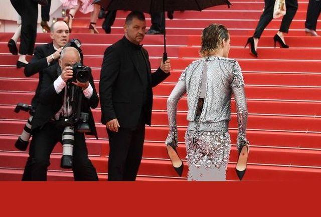 کریستن استوارت داور جشنواره کن فرانسه در سال ۲۰۱۸ با درآوردن کفشش و پابرهنه راه رفتن روی فرش قرمز به قانون ممنوعیت کفش بیپاشنه اعتراض کرد.