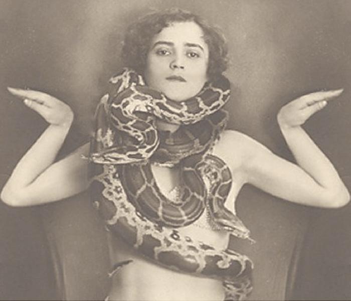 Snake-Woman-Nina-Elshof-Feng-Shui