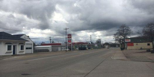 Eine triste Tankstelle, keine Menschen, dicke Wolken am Himmel